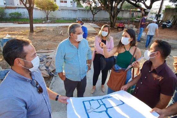 Prefeito Álvaro Dias visita obras do Bosque das Mangueiras