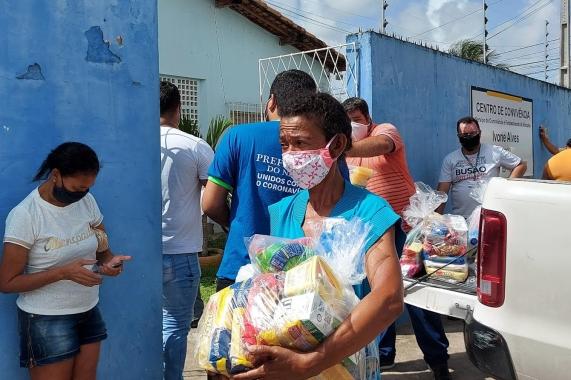 Semtas e Busão Solidário realizam entrega de cestas básicas