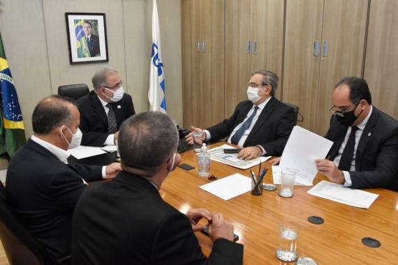 Álvaro Dias se reúne com ministros em busca de recursos para obras em Natal
