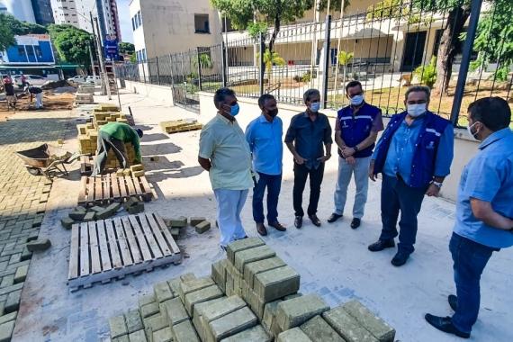 Prefeito Álvaro Dias visita obra de construção no Largo do Atheneu